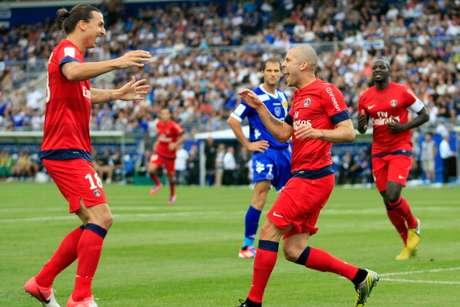 Zlatan festeja con Mènez tras el primer gol del PSG.