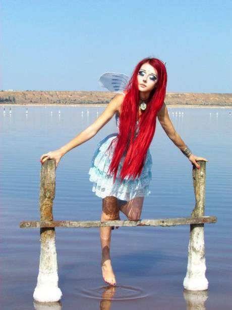 Enquanto as bonecas humanas que lembram a Barbie possuem traços mais felizes, Anastasiya prefere parecer mais melancólica e triste, e posa para fotos em cenários bucólicos, como jardins com borboletas