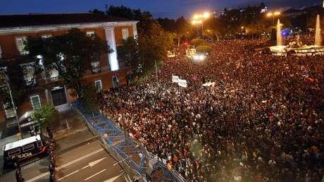 Vista de los manifestantes frente a las vallas que protegen el Congreso