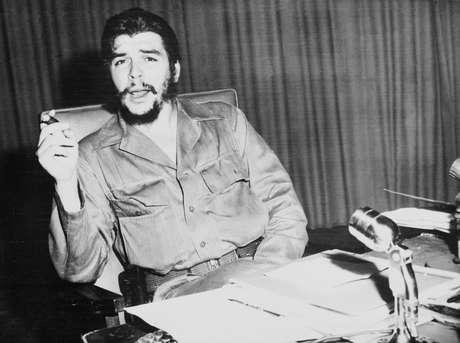 <p>Decenas de seguidores del guerrillero argentino cubano Ernesto 'Che' Guevara le rindieron en octubre del 2013un homenaje en el sureste de Bolivia, donde el 9 de octubre de 1967 fue asesinado y sus restos estuvieron ocultos durante 30 años.</p>