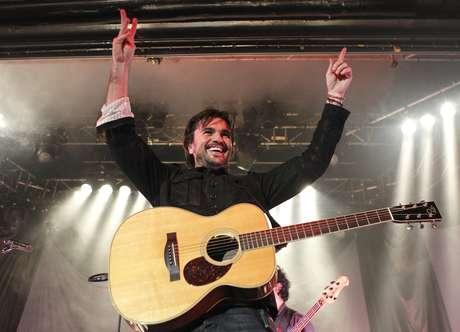 """Juanes se presentó sin grandes adornos, de tú a tú, a solas con su guitarra y muy animado, en la sala La Riviera de Madrid, marcando así el inicio de su gira española """"MTV Unplugged""""."""