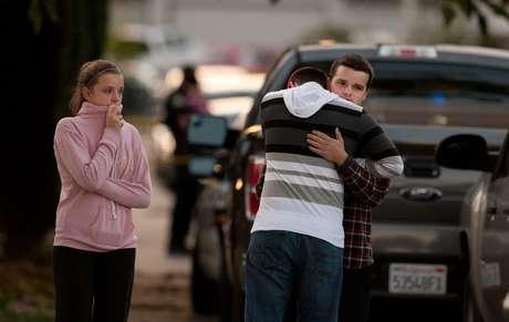 Una mujer y sus dos hijos pequeños fueron encontrados muertos en una casa de California en medio de una escena horrible de violencia que incluso conmocionó a un policía curtido, informaron las autoridades.