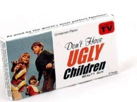Una caja de chicles sugiere: 'No tengas hijos feos'.