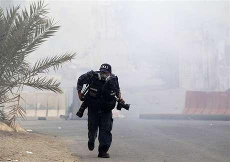 """Hay personas comparan un mal día en el trabajo con estar en una zona de guerra, pero para los fotoperiodistas que protagonizan """"Witness"""" - la nueva serie de la HBO - esto no es una exageración. En la imagen de archivo, un fotoperiodista cubriendo unos disturbios en Bahrein el pasado 24 de marzo."""