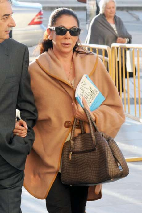 Isabel Pantoja ha llegado con un libro en la mano y con el pelo semi recogido. Se encuentra en Málaga a la espera de que nazca su primer nieto en Sevilla.