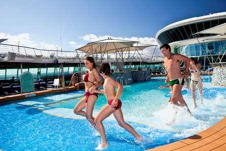 Pais e filhos podem aproveitar juntos diversos programas em um cruzeiro marítimo