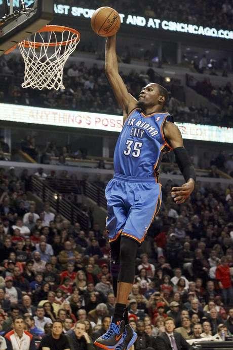 Kevin Durant, del Thunder de Oklahoma City, anota en un rompimiento a los Bulls de Chicago, en la primera mitad del juego del jueves 8 de noviembre de 2012, en Chicago.