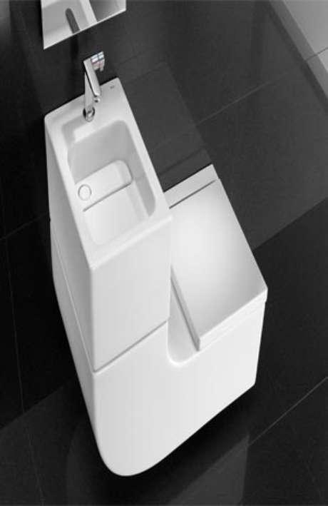 El Roca W+W, ejemplo de diseño sustentable, junta dos muebles de baño para aprovechar las aguas del lavabo en el inodoro.