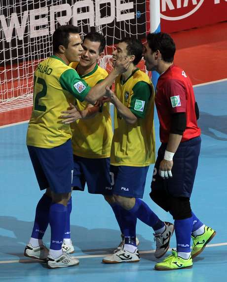 Falcão foi o herói da virada brasileira ao sair do banco e fazer dois gols Foto: AP
