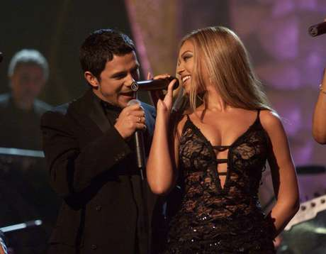 "Alejandro Sanz and Beyoncé get cozy during their performance at the 2001 Grammys where Destiny's Child sang ""Quisiera Ser"" together."