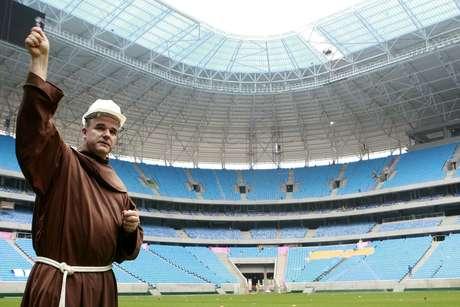 Arena do Grêmio recebeu água benta e Terra Santa nesta sexta-feira