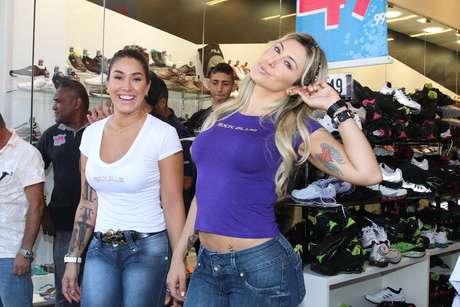 Jaque Khury e Dani Bolina mostraram que estão em plena forma, com calça jeans ajustada ao corpo