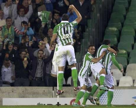 Amaya, con el 4 en la camiseta, salta festejando el gol de Beñat al Madrid.