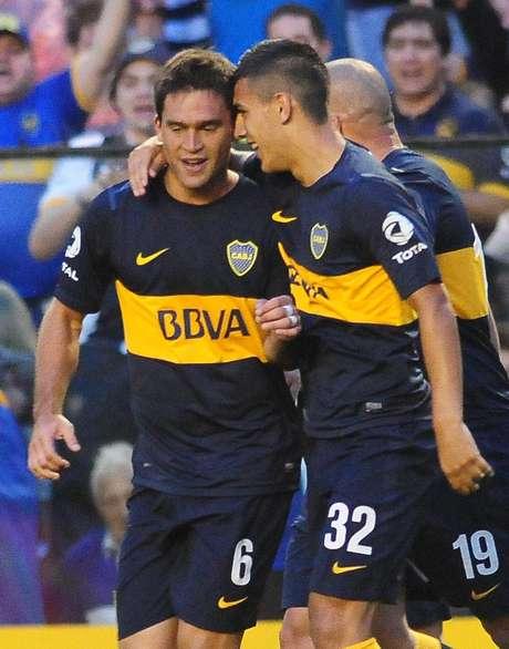 Caruzzo y Paredes, los autores de los goles Xeneizes, se abrazan.