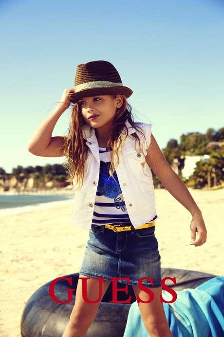 En esta imagen publicitaria proporcionada por Guess? Inc., la hija de 6 años de Anna Nicole Smith, Dannielynn Birkhead, sigue los pasos de su madre y modela para una campaña de Guess Kids.