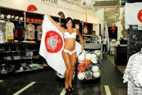 Exibindo uma bandeira do Japão com o sílbolo do Corinthians,Fabiana Frota esbanjou simpatia e sensualidade no ensaio