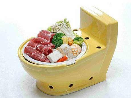 Os pratos quentes são servidos em panelas em formato de pequenos vasos sanitários