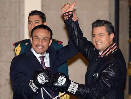 Peña Nieto (derecha) recibió con agrado los guantes autografiados del boxeador mexicano.