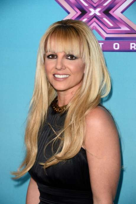 """Demi Lovato y Britney Spears asistieron a la conferencia de prensa por el final de la temporada de Factor X, en CBS Television City en Los Ángeles. Mientras la ex de Joe Jonas lucía una blusa negra de seda holgada y una mini falda azteca multicolor, con zapatos de tacón negros, la princesa del pop se mostró elegante con un vestido de seda negro y escote enjoyado. Spears no ha ocultado su apoyo hacia su concursante favorita. El lunes publicó en su cuenta de Twitter: """"Estoy pasando el día con la única e irrepetible @CarlyRoseMusic. Y les digo a todos... esta chica viene a ganar la semana que entra""""."""