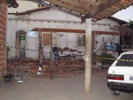 O telhado de uma casa desabou durante os tremores