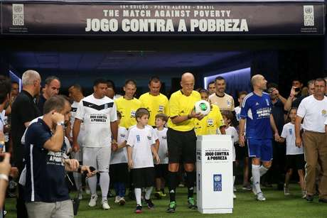 A charity soccer game in Brazil pitted the friends of Ronaldo against the friends of Zinedine Zidane, with the proceeds going to fight poverty.