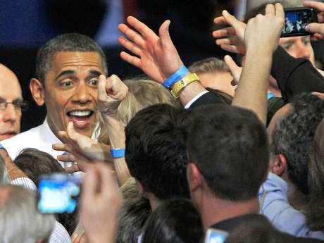 El presidente Barack Obama saluda a unos simpatizantes durante un acto de campaña en Vermont, el 30 de marzo de 2012.