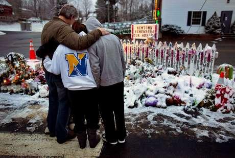 Newtown pasó la Navidad en medio de osos de peluche, medias, flores y velas cubiertos de nieve en el improvisado monumento creado en honor de los 20 niños y seis adultos que murieron baleados en el segundo tiroteo escolar más mortífero en la historia de Estados Unidos.