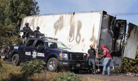 En una jornada violenta al oeste de México al menos seis personas perdieron la vida.
