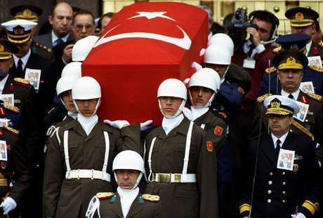 Presidential honour guard carry coffin of President Turgut Ozal as Turkish generals with drawn swords accompany them during a funeral procession in Ankara April 21..