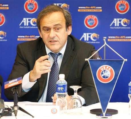 La UEFA ha apelado las sanciones impuestas por su propio organismo de control y disciplina a Serbia e Inglaterra por los incidentes en un partido sub-21 en octubre, dijo el miércoles el organismo que dirige el fútbol europeo. En esta imagen de archivo, el presidente de la UEFA, Michel Platini, en Kuala Lumpur, el 11 de diciembre de 2012.