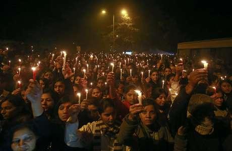 Milhares saíram às ruas em protesto pacífico em memória à vítima de um estupro coletivo em Nova Délhi Foto: Reuters