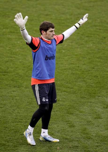 Treinamento do Real Madrid reúne cerca de sete mil pessoas neste domingo. Ovacionado pelos fãs, goleiro Iker Casillas agradece o carinho
