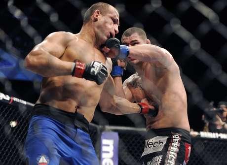 Velásquez acerta golpe duro em Cigano; americanos destacam domínio do melhor peso pesado do mundo Foto: AP