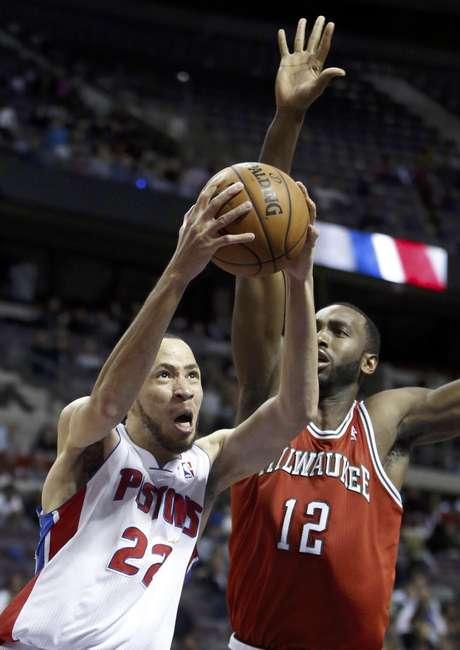 Tayshaun Prince (22), de los Pistons de Detroit, prepara un enceste frente a Luc Mbah a Moute (12), de los Bucks de Milwaukee, en la segunda mitad del juego del domingo 30 de diciembre de 2012, en Auburn Hills, Michigan.
