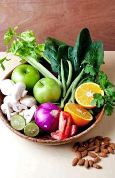 Las frutas o verduras, solas o combinadas, enteras o en jugos son un complemento ideal para desintoxicar el cuerpo del alcohol, harinas y grasas que se consumen durante el periodo decembrino, gracias a la fibra, vitaminas y minerales que contienen. Conoce cuáles comer y sus beneficios.<br />