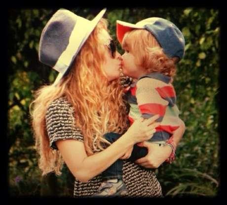 Paulina Rubio comparte esta foto en la que le da un tierno besito a Andrea Nicolás.