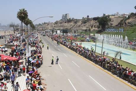 Miles de aficionados al rally Dakar se acercaron al malecón de Chorrillos y la Panamericana Sur para deleitar el desfile de las motos, cuatrimotos, autos y camiones en su camino a Pisco. El público limeño hizo sentir el calor humano que los caracteriza, saludando a todos los pilotos, quienes devolvían el saludo. El fortísimo calor no espantó a los limeños que los hizo esperar desde las ocho de la mañana hasta la una de la tarde, hora que término el primer día del Dakar.<br />