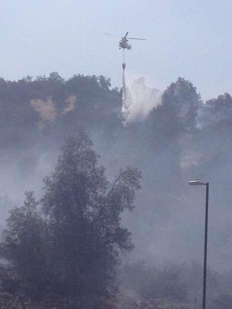 Helicópteros y personal de CONAF apoyan a bomberos en control de incendio forestal ocurrido en Lo Barnechea.