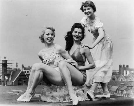 La delgadez y el porte aristocrático de Audrey Hepburn se tradujeron en un estilo que aún hoy, 20 años después de su muerte, sigue vigente. Sin proponérselo, se convirtió en un icono y puso de moda el pelo corto, los pantalones piratas, los jerséis masculinos, las bailarinas y las gafas de sol grandes.