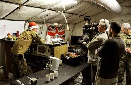 Imagem do dia 12 de dezembro mostra o príncipe Harry conversando com uma equipe de TV enquanto preparava o próprio café da manhã no Afeganistão<br />