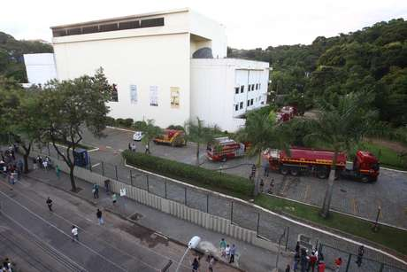 O fogo atingiu o segundo andar do edifício doMuseu de Ciências Naturais da PUC Minas Foto: Frederico Haikal / Hoje em Dia / Futura Press