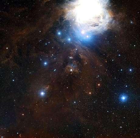 En el espacio, las densas nubes de gas y polvo cósmico son el lugar de nacimiento de estrellas, aunque éstas quedan ocultas por el polvo cuando se observan con luz visible.<br />