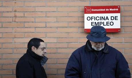 La tasa de desempleo ha llegado al 26 % de la población activa con casi 6.000.000 de personas sin trabajo. En la imagen una oficina de empleo de Madrid en la mañana del anuncio de estas cifras