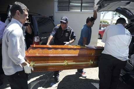 Policiais levam caixão contendo uma das vítimas do incêndio na Boate Kiss Foto: Getty Images