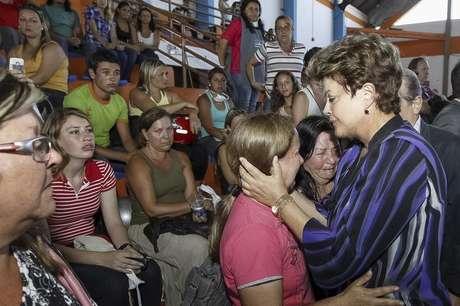 A presidente do Brasil, Dilma Rousseff (direita), consola parentes das vítimas de um incêndio que ocorreu na Boate Kiss na cidade de Santa Maria, 350 quilômetros a oeste de Porto Alegre. 27/01/2013