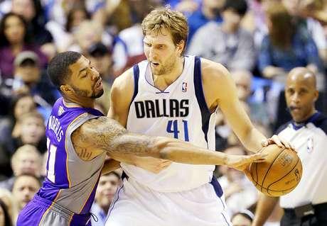 Suns vs. Mavericks: Dirk Nowitzki (41) cubre el balón con la marca encima de Markieff Morris (11).