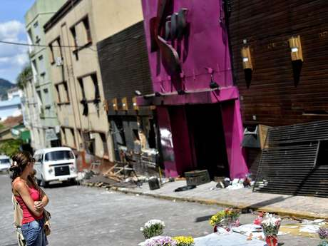 Familiares e amigos deixam flores em frente a Boate Kiss, palco da tragédia que deixou mais de 230 pessoas mortas