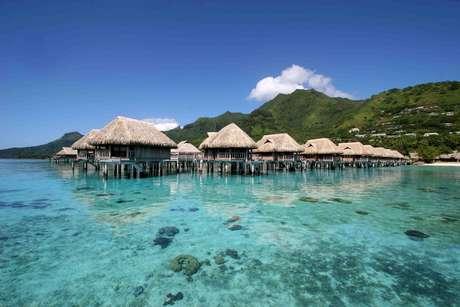 Uma viagem romântica ganha um charme especial quando o destino é alguma das muitas ilhas espalhadas pelo mundo. Para dar algumas ideias aos apaixonados, o site Travel and Leisure selecionou as ilhas mais românticas do planeta. Com montanhas verdes, praias de areia branca e bangalôs à beira do mar, a ilha de Moorea, na Polinésia Francesa, é uma delas. Os resorts de Moorea satisfazem os visitantes e deixam a viagem mais romântica, com bangalôs de luxo sobre lagoas cristalinas, passeios de barco e trilhas com vistas impagáveis