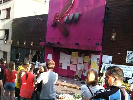 Frente da Boate Kiss se transformou em local de homenagens e protestos para os moradores de Santa Maria  Foto: Daniel Favero  / Terra