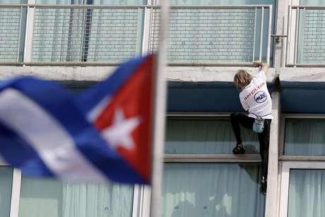 """Relajado y mostrando mucho sentido del humor, el francés Alain Robert, apodado el """"Hombre Araña"""", escaló este lunes el Hotel Habana Libre, en 28 minutos. Se trata de uno de los edificios más emblemáticos de Cuba. Dos mil curiosos lo observaban durante su hazaña."""